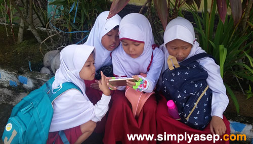 School children love playing games on gadget. Is it necessary to provide the kids with sophisticated gadget nowadays?  The photo taken Tuesday,2nd of August at Elementary School around Supadio Airport Pontianak. Photo Asep Haryono
