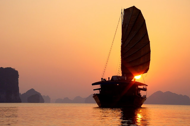 An afternoon watching the sunset on Halong Bay