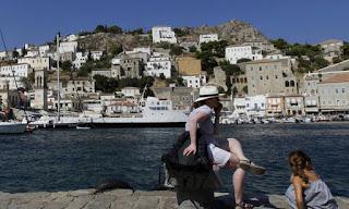Σε κατάσταση έκτακτης ανάγκης η Υδρα - Αποχωρούν μαζικά από το νησί οι τουρίστες (φωτογραφίες)