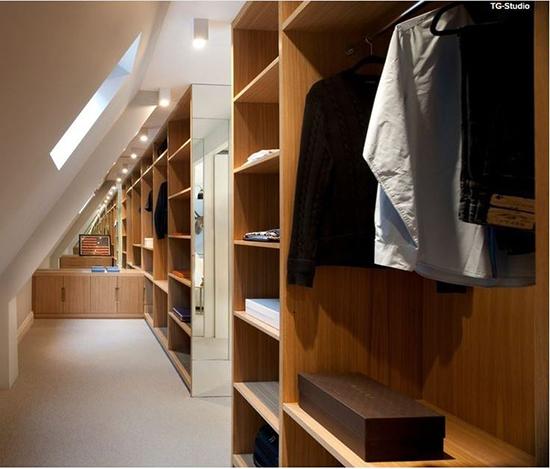 Desain unik ruang interior di bawah atap bangunan