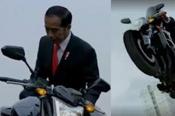 7 Cuitan kocak respons Jokowi naik motor sport di Asian Games 2018