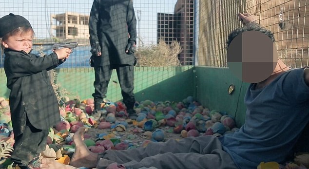'داعش' ينتهك البراءة.. طفل يقتل سجيناً برصاصة واحدة بسوريا! مروع .. ضجة كبيرة بعد انتشار فيديو هذا الطفل!!