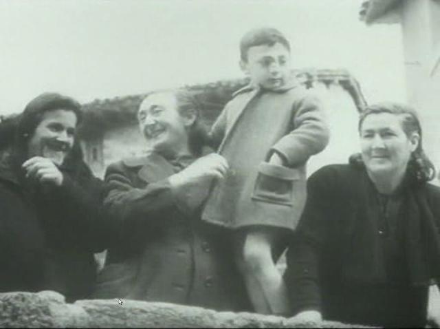 Imagen de 'Lejos de los árboles (1972)' - Mujeres y niño asisten a la bajada por las Escaleras