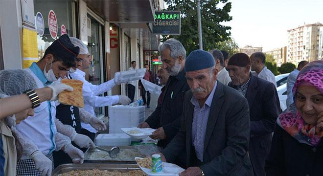 Diyarbakır Büyükşehir Belediyesi Dünya Gıda Gününde bin 500 kişiye sıcak yemek dağıttı