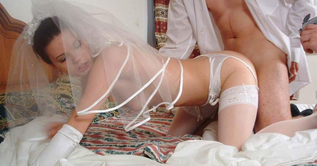 девушка в свадебном платье ласкает себя окончив музыкальную