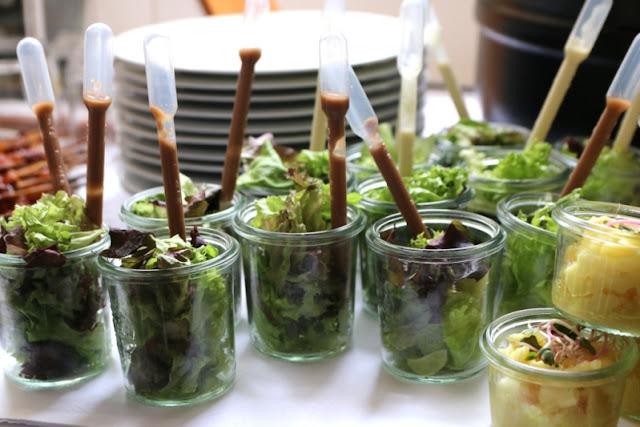 Salat mit Dressing in einer Pipette