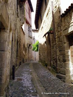 Rue du quartier médiéval de Billom, Auvergne, France