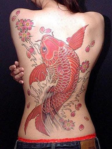 kio peixe da tatuagem para a menina na traseira completa