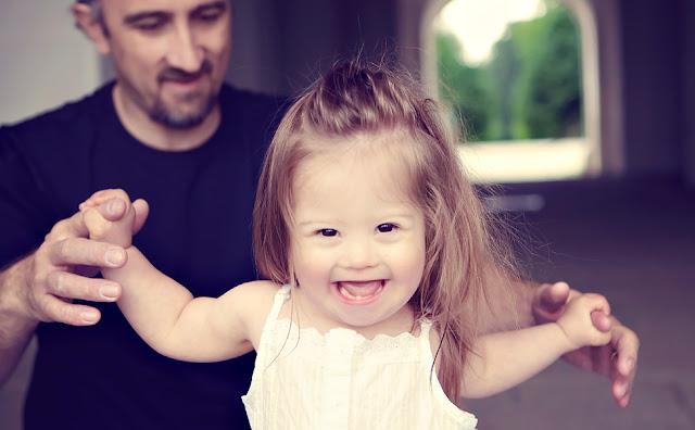 Jolina, 2 Jahre, Mädchen mit Down Synrom