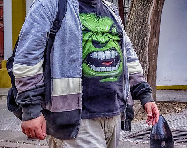 Pecho de hombre con una remera del increible Hultk