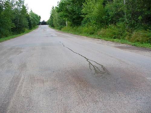 Agua corriendo cuesta arriba por la pendiente de una colina antigravitatoria en Canadá.
