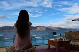 Eine junge Frau, die einsam auf das Meer schaut