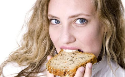 هذا ما يحدث لجسمك عند التوقف عن تناول الخبز  امرأة فتاة بنت جميلة تأكل توست  toast woman girl eating bread