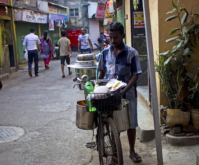 idli sambar, breakfast, south indian, worli koliwada, mumbai, india, home delivery, incredible india, cycle, entrepreneur, street, street photo, street photography,