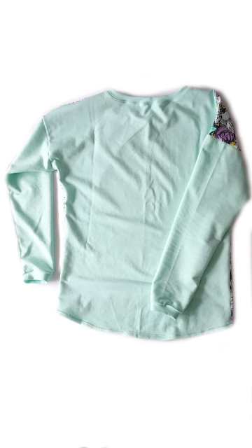 Bluza jest z miętowej dresówki pętelki na rękawach i plecach a z Marvelem na brzuchu.
