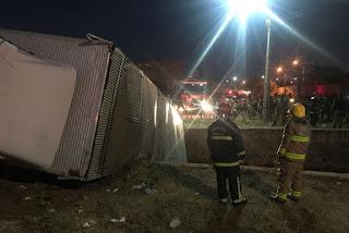 Caminhão carregado de fogos artifício tomba no interior da Paraíba