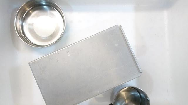 把吐司模具蓋上蓋子,與兩杯各約 60 度的 300 ml 溫水一起放入密封的保麗龍箱