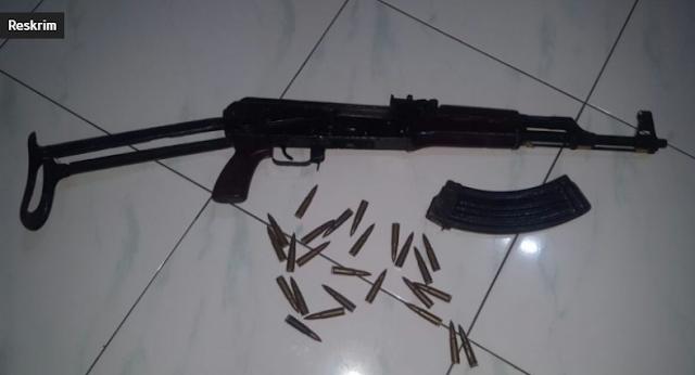 Warga Pidie Serahkan AK 47 ke Polres Pidie