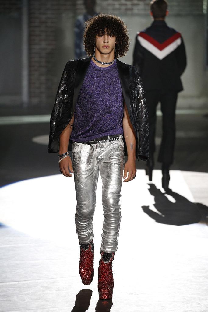 Botas com purpurina e estilo unissex marcam a Semana de Moda Masculina de Milão