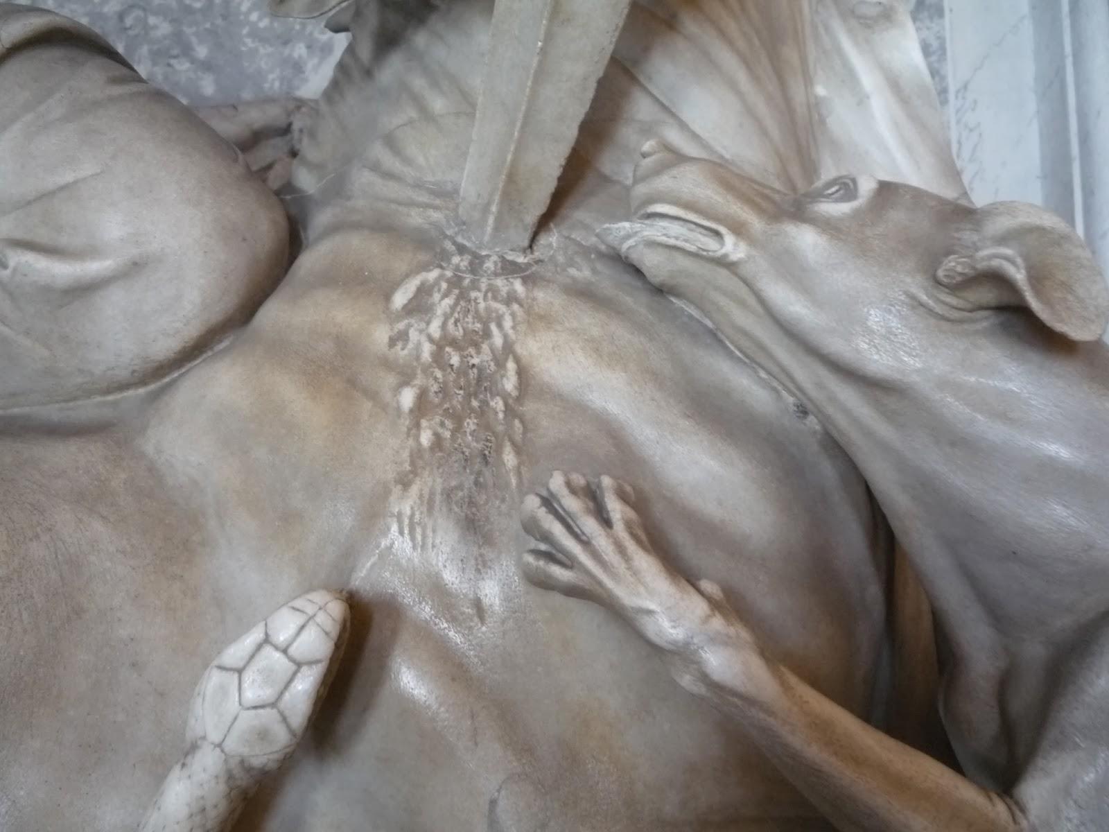 Detalhe de escultura do deus Mitra, com guia brasileira