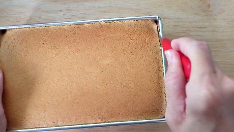 unmoulding castella cake
