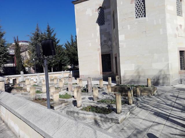 Yakupağa Külliyesinde bulunan mezarlar.