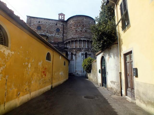 contraste por las calles de Lucca
