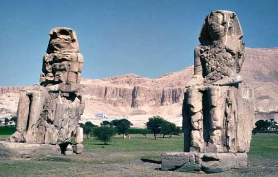 Colosos de Memnon, estatuas de piedra de Amenhotep III, cerca de Tebas, Egipto, siglo XIV aC.