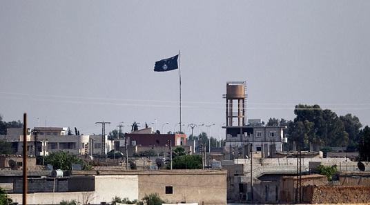 Bendera ISIL di kota Suriah utara Tel Abyad