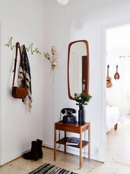 Hall de entrada com aparador e espelho em madeira