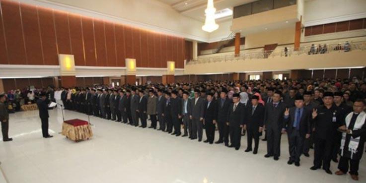 Plt Bupati Bekasi Rohim Mintareja saat melantik 1084 pejabat yang terkena mutasi dan rotasi, Kamis (5/1/2017).