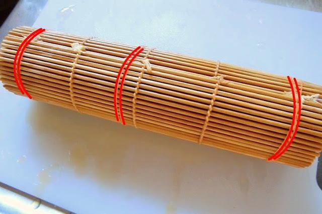 手前から巻きすごと巻き、最後は輪ゴムで数か所しっかり止めて形崩れしないようにする