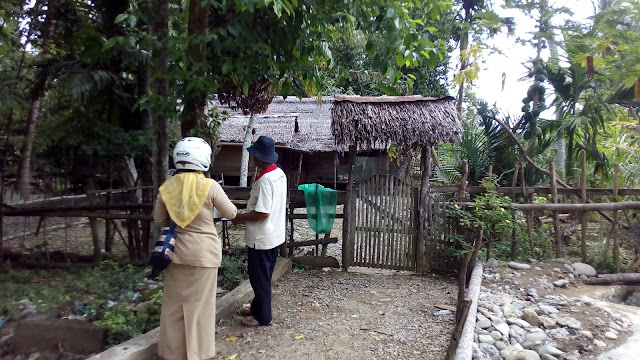 Keuchik Gampong Cot Baroh saat mendampingi Staf Bina Marga dan Cipta Karya Verifikasi Data RTLH di Gampong Cot Baroh (28/02/17)