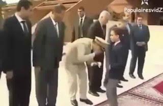 Les américains se moquent de la cérémonie de la Bey'a et le baisemain prince.jpg