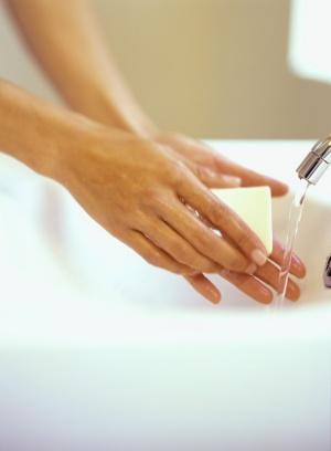 personne qui se lave les mains avec du savon