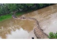 Detik-detik Jembatan Bambu Hanyut dan Menyeret Anak-anak