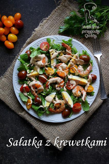 kolorowa-salatka-na-białym-talerzu