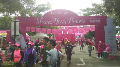 Berbagai orang lalu lalang keluar masuk arena Lactacyd Share Your Power