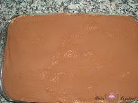 Cubriendo con cacao puro en polvo