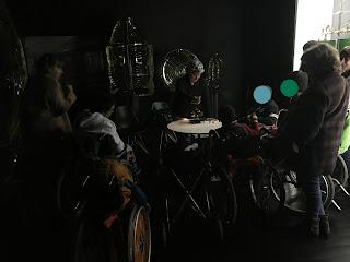 Na sala escurecida a técnica explica o o funcionamento do heliógrafo