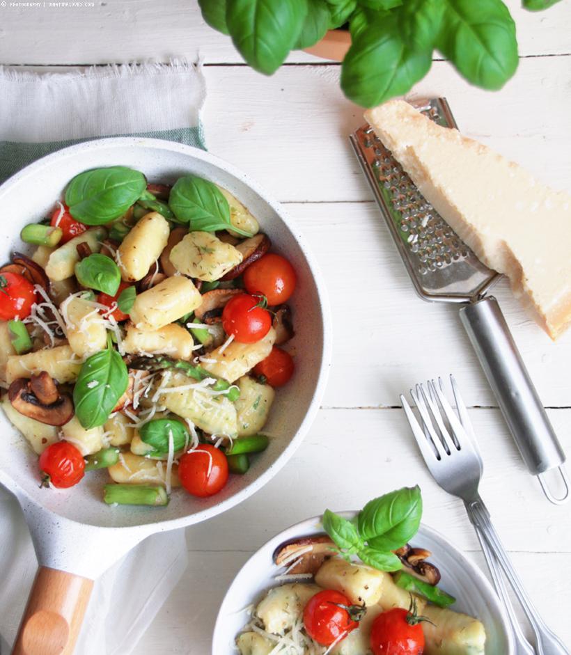 Kräuter-Gnocchis mit gebratenem Frühlingsgemüse  | whatinaloves.com