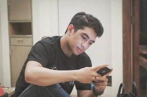 Fachri Muhammad Bermain Smartphone