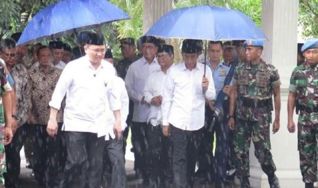 Setelah Jaket Bomber, Kini Payung Jokowi Jadi Tren