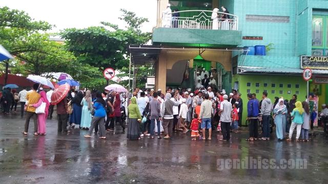 Keramaian depan masjid karena liputan Pak Tarno