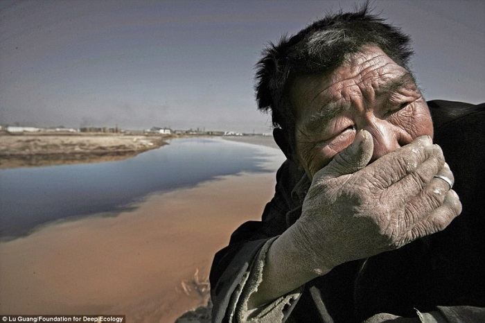 20 Pictures That Prove That Humanity Is In Danger - A herd farmer cannot withstand the stink of the Yellow River in Inner Mongolia