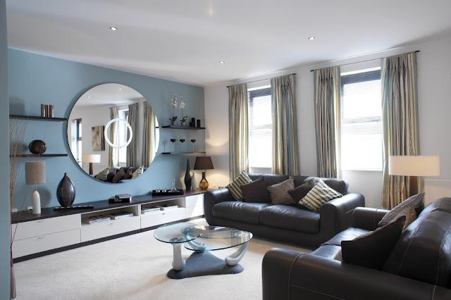 Sala de estar com espelho redondo