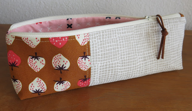Luna Lovequilts - Pencil pouch - Cotton and Steel strawberry fabric
