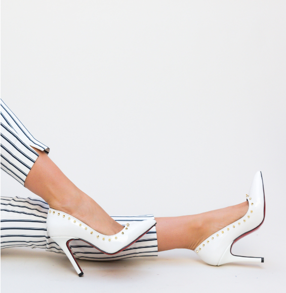 Pantofi albi eleganti cu insertii aurii pentru tinuta de zi cu pantaloni