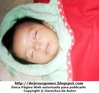 Foto de bebé (niño) con los ojos cerrados. Foto de bebé de Jesus Gómez