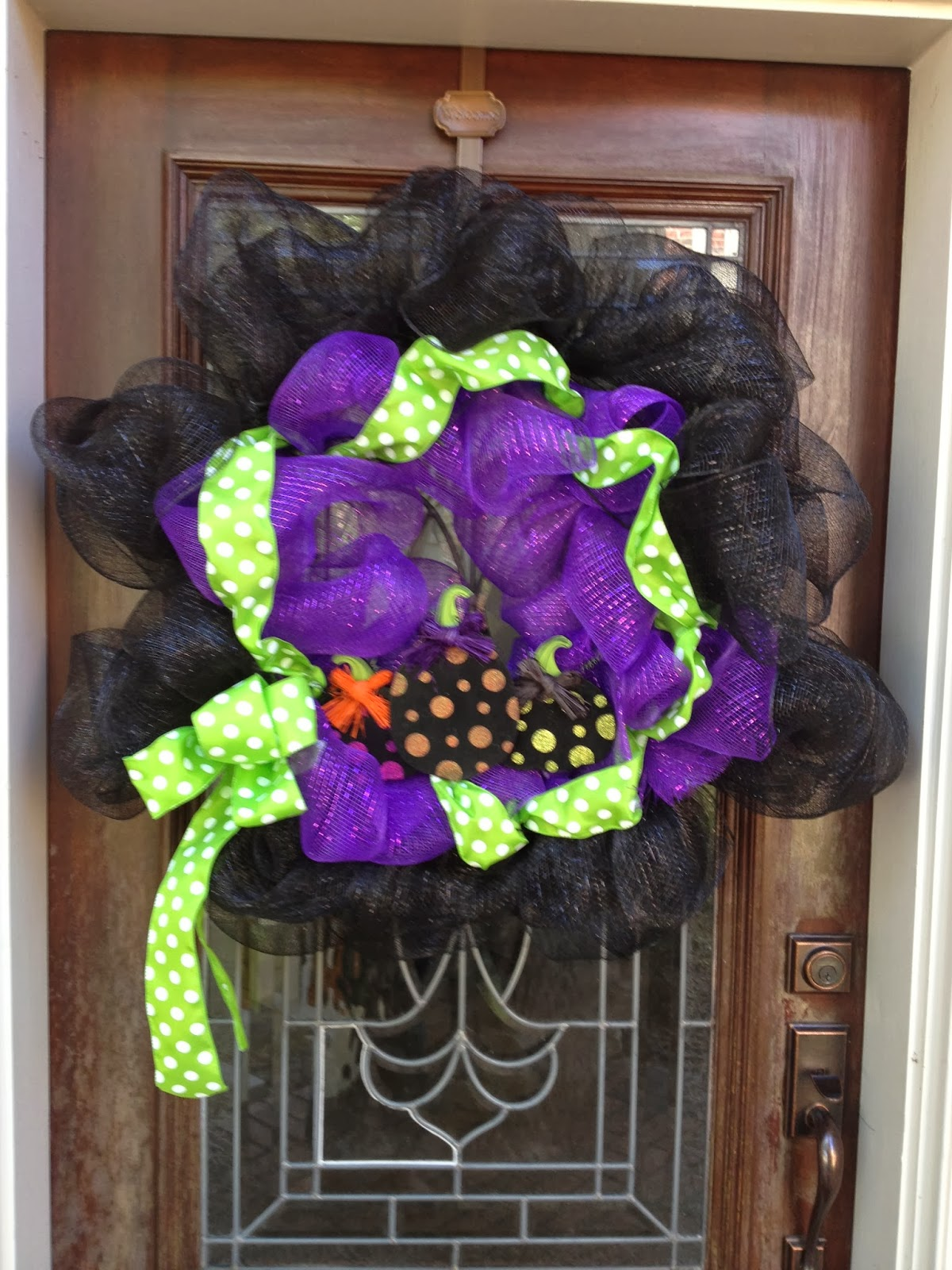 pumpkins and porches how to make a simple halloween deco mesh wreath diy. Black Bedroom Furniture Sets. Home Design Ideas